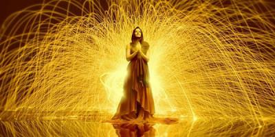 Женщина молитва потоки энергии