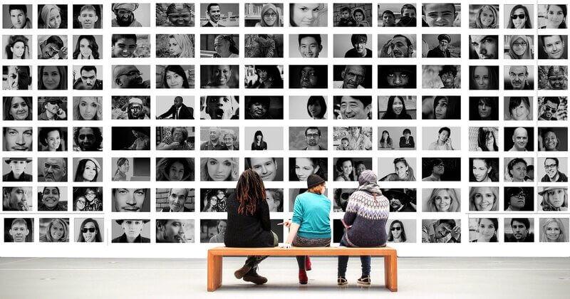 Люди на скамье портреты