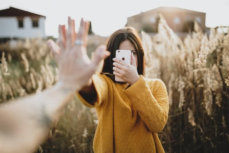 Девушка рука телефон поле