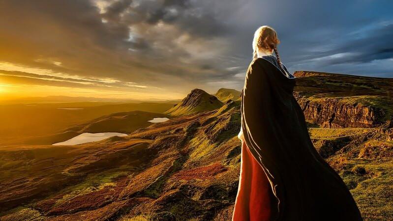 Женщина закат горы