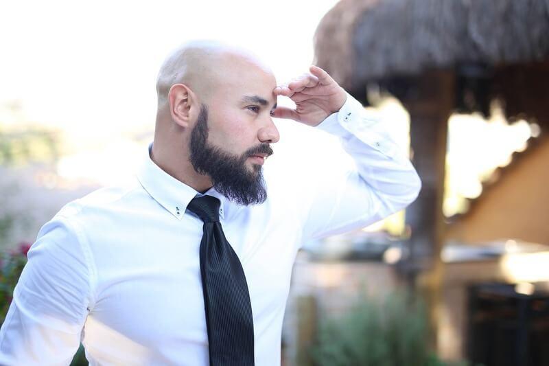 Мужчина с бородой и в галстуке