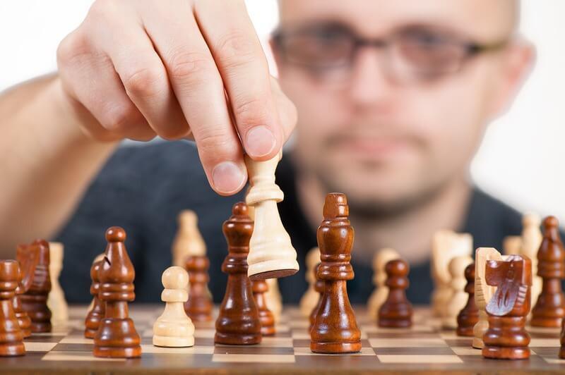 Мужчина шахматная игра