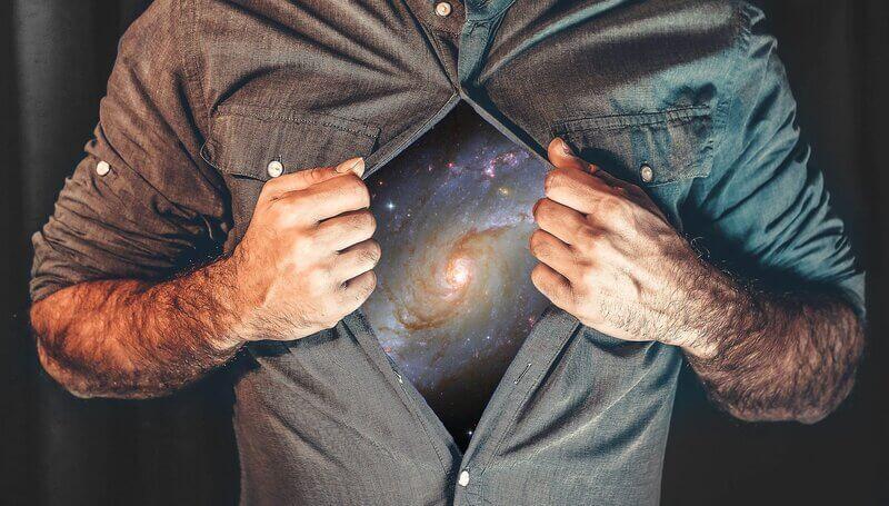 Мужчина в рубашке галактика