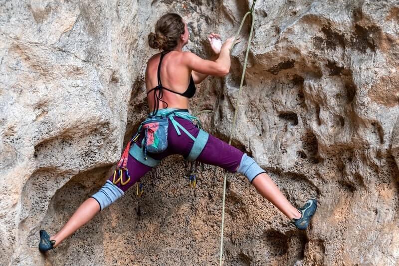 Женщина альпинист скала