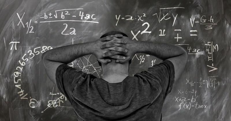 Мужчина доска формулы