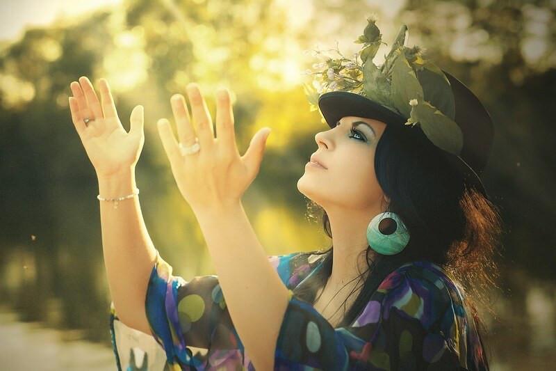 Женщина в шляпе руки вверх
