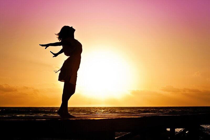 Женский силуэт восход солнца