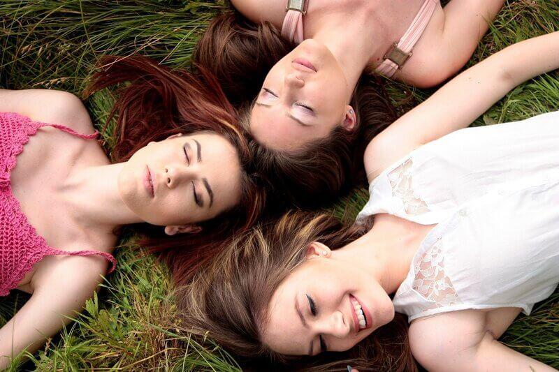 Женщины подруги луг
