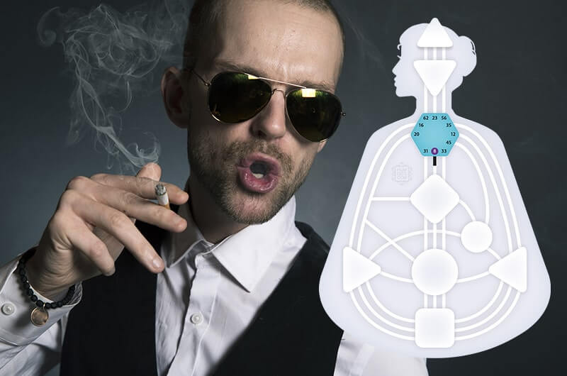 Мужчина в очках курит сигарету
