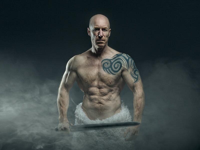 Мужчина с татуировкой и мечом